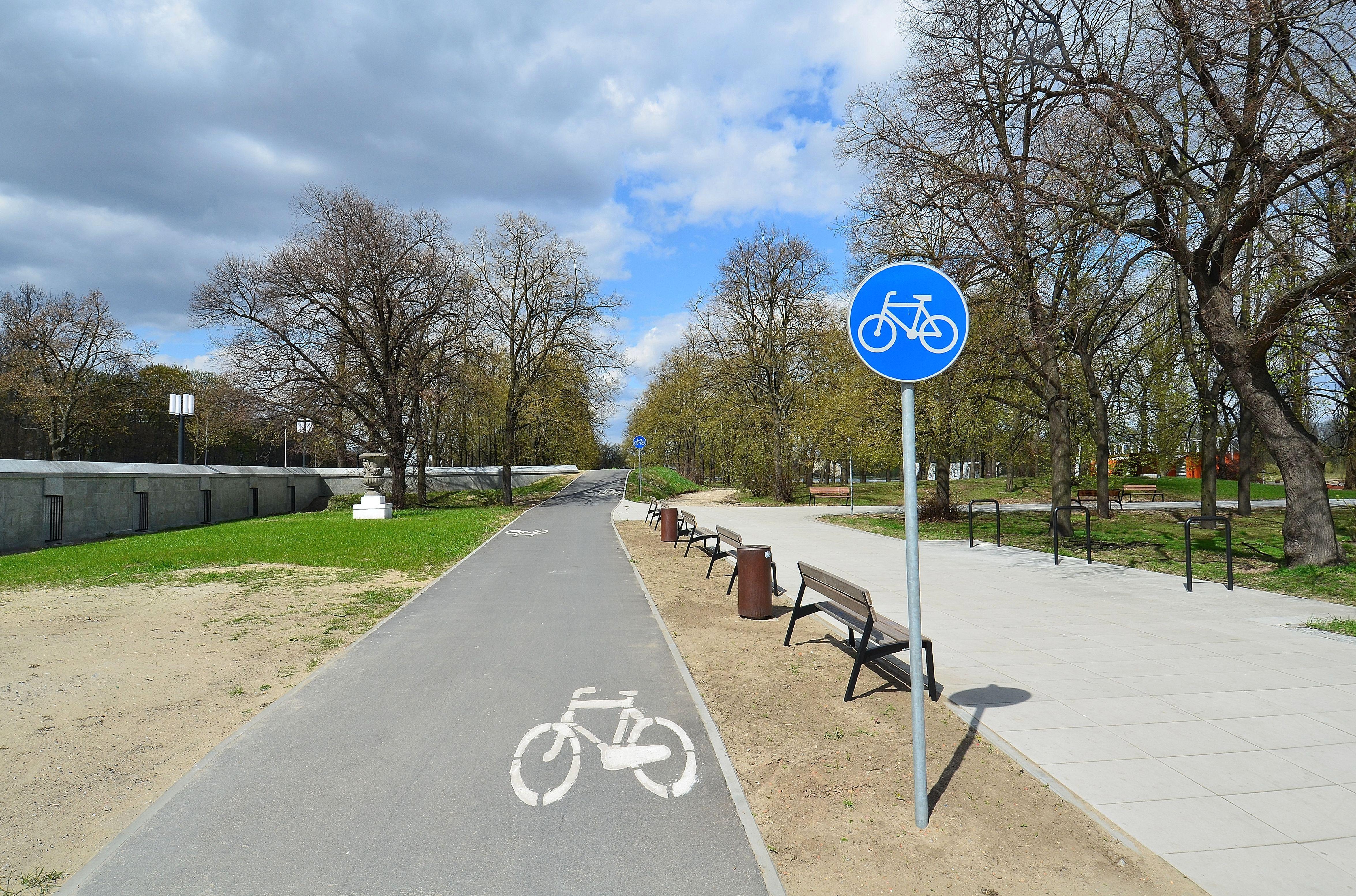"""Około 7 km nowych dróg rowerowych odda do końca roku do użytku samorząd Sosnowca. Miasto zapowiada też dużą imprezę rowerową – z zachowaniem zasad bezpieczeństwa epidemicznego, a także wydanie poradnika rowerowego. Swoje plany mają też władze Tychów. O szczegółach inwestycji rowerowych i innych przedsięwzięć związanych z tym środkiem transportu sosnowieccy samorządowcy mówili podczas poniedziałkowej konferencji prasowej. Jak przypomniał prezydent miasta Arkadiusz Chęciński, ostatnio trwają inwestycje m.in. w centrum miasta, np. od kilku tygodni trwa budowa drogi rowerowej wzdłuż ul. Teatralnej oraz Mierosławskiego. - Jesteśmy na kolejnym etapie spinania dróg rowerowych w naszym mieście. W tej chwili kończymy dwie drogi rowerowe: jedna, przy ul. Kościelnej, to ważny fragment, który zepnie drogę rowerową prowadzącą od osiedla Naftowa, przez kładkę, z centrum Sosnowca i Parkiem Harcerskim – wskazał Chęciński. – W tej chwili przy ul. Kościelnej kończą się dwie drogi rowerowe – wzdłuż ul. Jagiellońskiej oraz ul. Zegadłowicza. Pierwsza prowadzi do Parku Harcerskiego, z którego już wkrótce będzie można przejechać wzdłuż Bulwaru Czarnej Przemszy do centrum miasta. Druga połączy ul. Kościelną przez Zegadłowicza z ulicą Ostrogórską i dalej z 1 Maja"""" – uściślił. Zgodnie z informacjami miasta nowa droga rowerowa wzdłuż ul. Kościelnej zostanie poprowadzona po przeciwnej stronie dawnego Instytutu Medycyny Pracy. Za skrzyżowaniem z ul. Zegadłowicza będzie przebiegała po stronie Mediateki i dalej obok szkoły - do skrzyżowania z ul. Sienkiewicza, gdzie na potrzeby rowerzystów zostanie przebudowana sygnalizacja świetlna. Wzdłuż ul. Sienkiewicza w najbliższych miesiącach powstać ma kolejna droga rowerowa, która połączy się z przejściem podziemnym przy pawilonach, noszących potoczną nazwę """"Plastry miodu"""". - Oprócz odcinka wzdłuż ul. Kościelnej za kilka tygodni będzie też gotowa 4-kilometrowa droga rowerowa wzdłuż ul. Braci Mieroszewskich i 11 Listopada, czyli od Dąbrowy Górniczej do dz"""